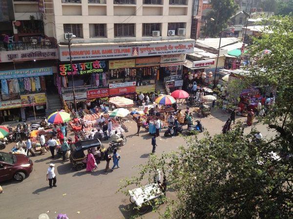 पुणे के तुलसीबाग इलाके में अपेक्षा के मुताबिक ही भीड़ नजर आई।