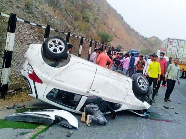 क्षतिग्रस्त कार से घायलों को निकालते राहगीर।