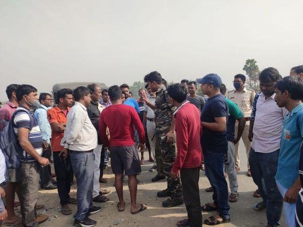 घटना के बाद गुस्साए ग्रामीणों ने सड़क जाम करने की कोशिश की। पुलिस के समझाने के बाद शांत हुए।