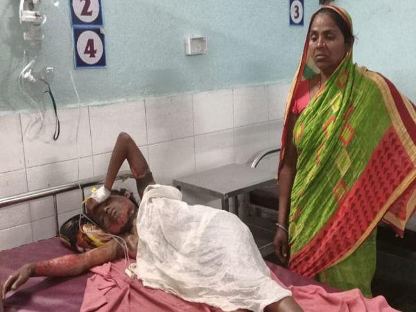 बेगूसराय सदर अस्पताल में भर्ती पार्वती और उसकी मां। - Dainik Bhaskar