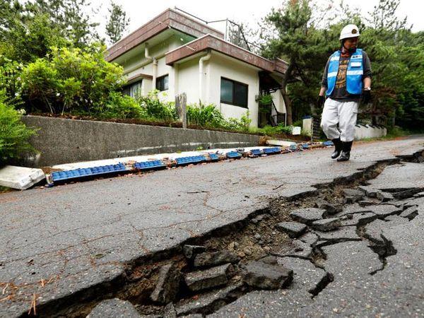 जापान के मियागी में आए भूकंप से वहां की सड़कों में बड़ी-बड़ी दरारें पड़ गईं। स्थानीय प्रशासन ने लोगों से ऊंचाई वाले इलाकों में जाने को कहा है। - Dainik Bhaskar