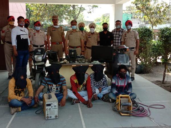 चोरी करते पकड़े गए आरोपी व उनसे बरामद हुए सामान के साथ पुलिस की टीम। - Dainik Bhaskar