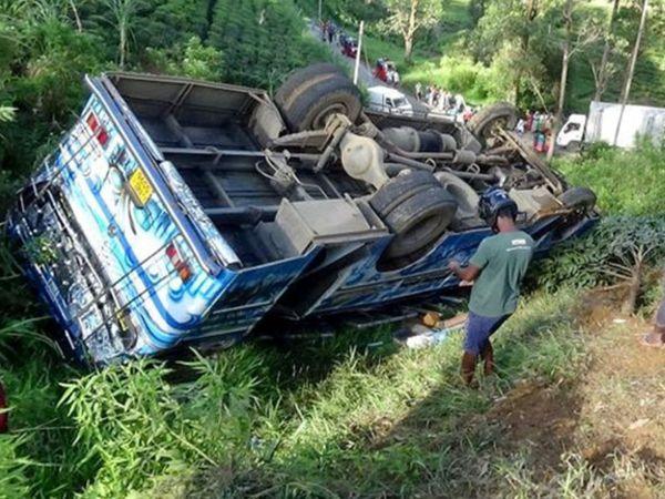 बस में 70 से अधिक यात्री सवार थे। हादसे में 14 लोगों की मौत हो गई और 30 से अधिक घायल हो गए। - Dainik Bhaskar