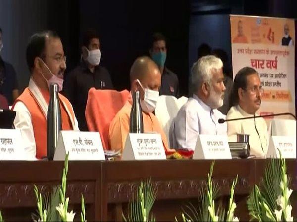 UP के सरकार के चार साल पूरे होने पर लोकभवन में पत्रकारों से मुखातिब सीएम योगी के साथ अन्य। (फाइल फोटो) - Dainik Bhaskar