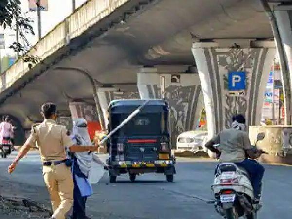 नागपुर में जारी हार्ड लॉकडाउन के बीच पुलिस बिना काम के घूमने वालों पर कड़ी कार्रवाई कर रही है।