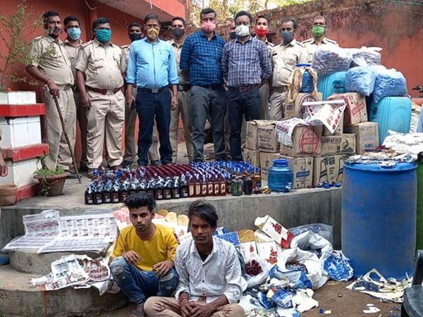 छापेमारी के दौरान फैक्ट्री में दो युवक शराब बनाते हुए पाए गए, जिन्हें गिरफ्तार कर लिया गया है। - Dainik Bhaskar