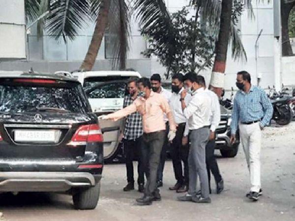 पुणे से CFSL की एक टीम जांच के लिए मुंबई पहुंची है। शुक्रवार के बाद यह टीम आज भी जांच जारी रखेगी।