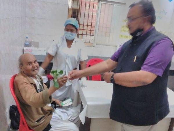 बुजुर्गों को टीका लेने के लिए ज्यादा दूर न जाना पड़े, इसलिए हर पंचायत में खोला जा रहा है एक टीका केंद्र। (फाइल) - Dainik Bhaskar