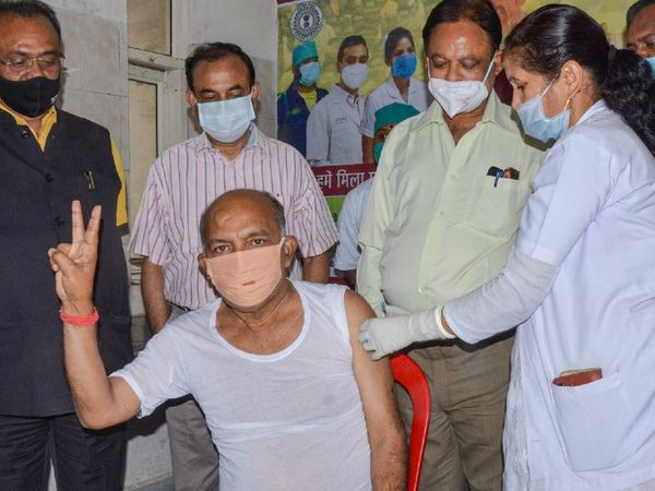 अभी 60 साल से ज्यादा उम्र वालों और 45 से ज्यादा उम्र के गंभीर बीमारियों से पीड़ित लोगों को टीके लगाए जा रहे हैं। फोटो रांची की है, जहां विधानसभा स्पीकर रबींद्रनाथ महतो ने टीका लगवाया। - Dainik Bhaskar