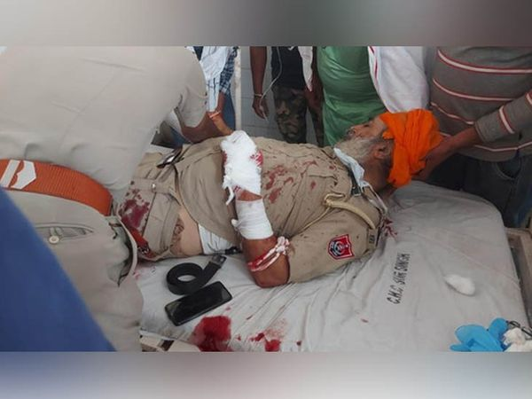 The police officer injured in the assault of the wanted accused in the murder case in Tarn Taran is undergoing treatment at the hospital.  The wrist of two policemen was amputated in the attack.  - Dainik Bhaskar