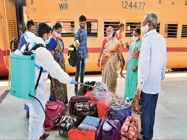 कोरोना का 'डR' फैला रहा 'R-फैक्टर'सबसे ज्यादा महाराष्ट्र-पंजाब में ही बढ़ रहा है। यहां एक संक्रमित से करीब पांच लोगों में संक्रमण फैलने की आशंका है। जबकि गुजरात और मध्य प्रदेश में यह आंकड़ा तीन है। - Dainik Bhaskar