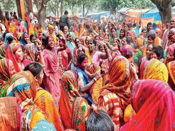 After the arrival of Shriram and Janaki's dola in Kanchanavan, devotees flock in the color of Holi.  - Dainik Bhaskar