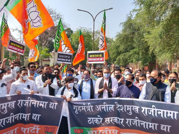 The BJP demonstrated against Deshmukh in many places including Mumbai, Nagpur.  The BJP said that the Home Minister should resign immediately.  - Dainik Bhaskar