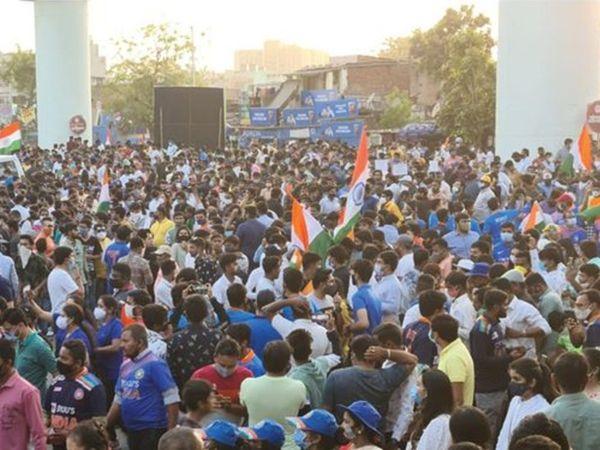 स्टेडियम के बाहर फैंस को टिकट्स के लिए भीड़ लगाते भी देखा गया। अहमदाबाद में कोरोना के मामले बढ़ने के बाद आखिरी 3 मैच में स्टेडियम में फैंस की एंट्री को प्रतिबंधित कर दिया।