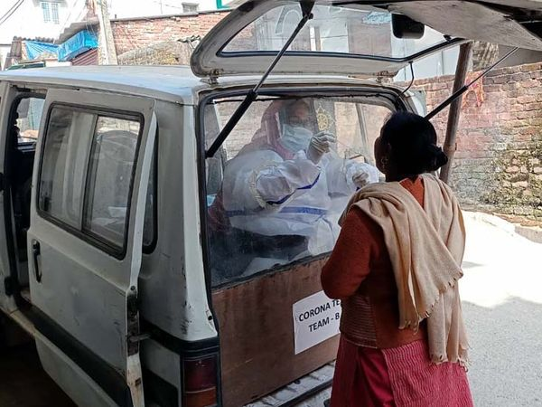 राजधानी रांची में मेडिकल टीम के द्वारा डोर टू डोर स्क्रीनिंग व सैंपल कलेक्शन का कार्य किया जा रहा है। - Dainik Bhaskar