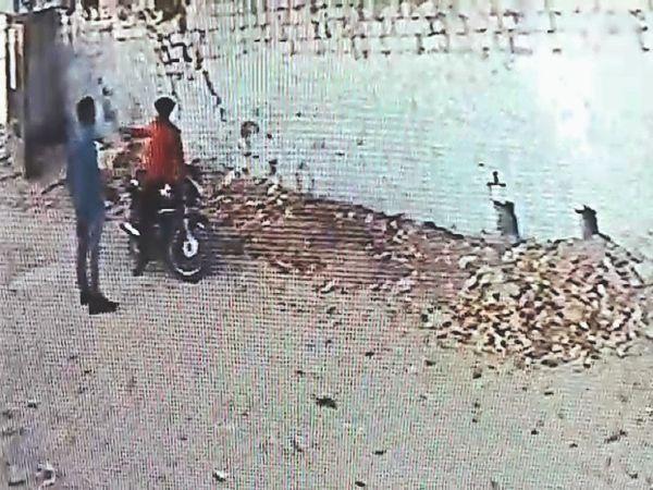 वायरल वीडियो में दिखते बदमाश - Dainik Bhaskar