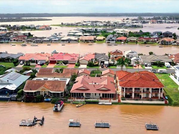 तस्वीर पोर्ट मैक्यूरी की है। पानी भरने से आधा शहर टापू बन गया। ये बाढ़ 2020 में जंगलों की आग के बाद आई है। तब राज्य की 7% जमीन को नुकसान पहुंचा था। - Dainik Bhaskar