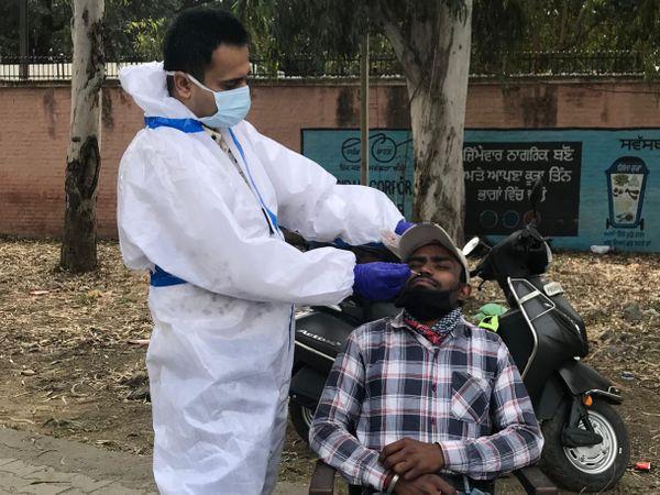 जालंधर में सोमवार को BSF चौक पर कोविड जांच के लिए सैंपल लेते डॉक्टर। - Dainik Bhaskar