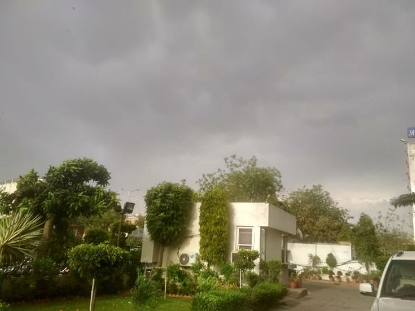 जयपुर में आज देर शाम मौसम पलटने के बाद आसमान में छाये काले बादल।