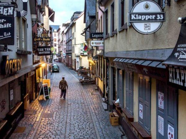 यह फोटो जर्मनी के फ्रैंकफुर्ट की है। जहां लॉकडाउन की वजह से लगाई गई पाबंदियों की वजह से मार्केट में सन्नाटा नजर आ रहा है।