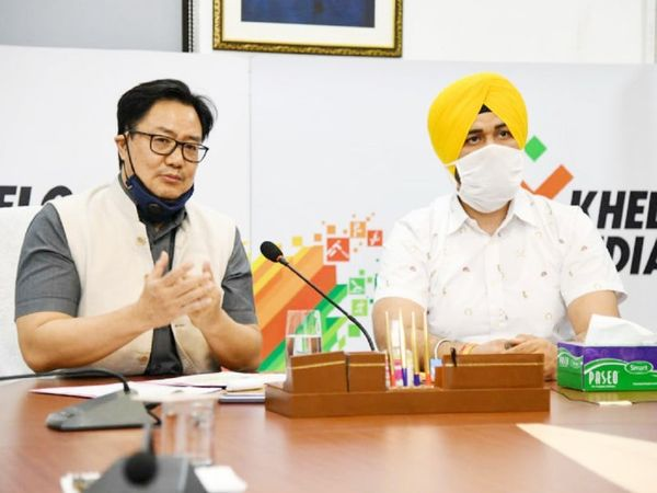 खेल मंत्री किरण रिजिजू (बाएं) ने 8 महीने पहले वीडियो कॉन्फ्रेंसिंग के जरिए खेलो इंडिया यूथ गेम्स 2021 की घोषणा की थी। यह गेम्स इस साल हरियाणा के पंचकुला में होंगे। - Dainik Bhaskar