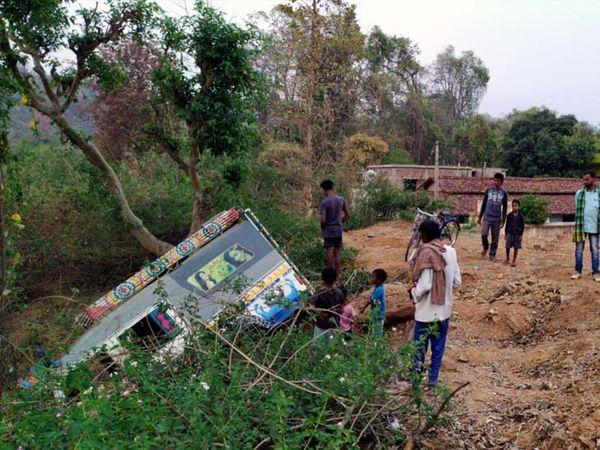 घटना के बाद स्थानीय लोगों ने बचाव कार्य शुरू किया। - Dainik Bhaskar
