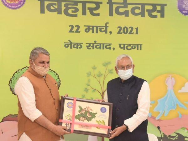 CM नीतीश कुमार को स्मृति चिन्ह भेंट करते शिक्षा मंत्री विजय चौधरी।