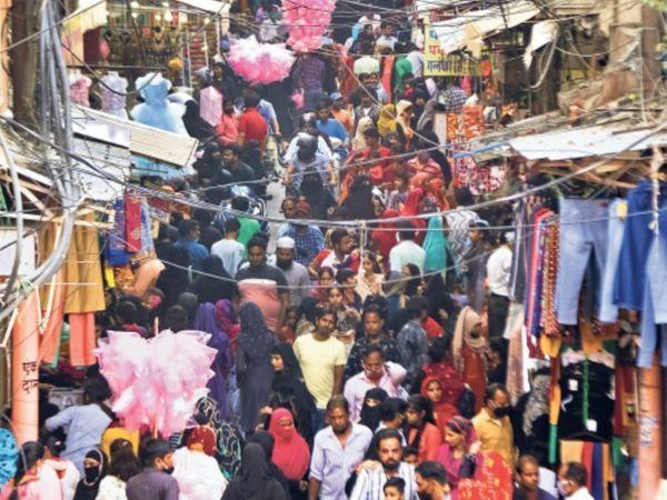 बाजारों में लापरवाही की तस्वीरें