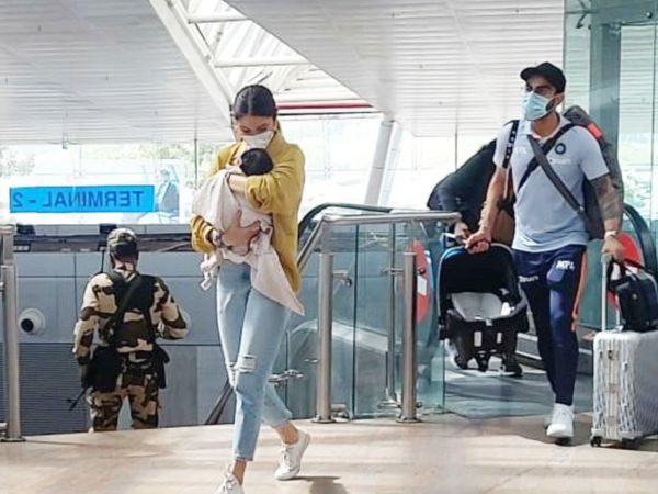 एयरपोर्ट पर विराट कोहली, अनुष्का शर्मा और वामिका। - Dainik Bhaskar
