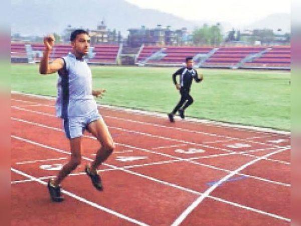 नेपाल में दौड़ में क्रॉस लाइन पार करते धीरज पटेल। - Dainik Bhaskar