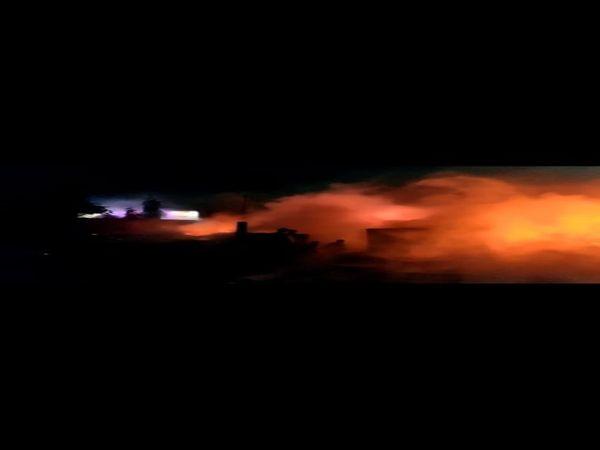 यूपी के आगरा में सोमवार देर रात कूड़े के ढेर से उठी चिंगारी ने चार गोदाम को अपनी चपेट में ले लिया। - Dainik Bhaskar
