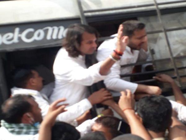 कार्यकर्ताओं के साथ तेजस्वी-तेजप्रताप ने दी गिरफ्तारी।