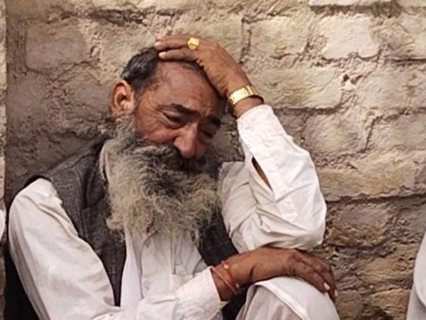 4 बच्चों का दादा मालाराम दिनभर घर के बाहर बैठे रहते हैं। वह अपनी सुध-बुध खो बैठे हैं।
