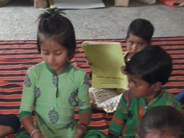 सरकारी स्कूल तो बंद है लेकिन रविना अपने भाई बहनों के साथ पहुंच ही जाती थी। टीचर्स भी उसे वहीं पर काम दे देती थीं। इस फोटो में रविना, राधा, पूजा (माली) व देवाराम भी नजर आ रहे हैं। यह संभवत: बच्चों की अंतिम फोटो है।- फाइल - Dainik Bhaskar
