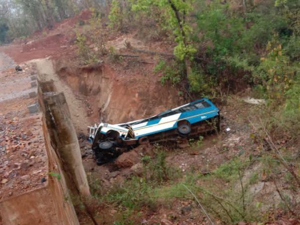 धमाका इतना जोरदार था कि बस उछलकर पुल के नीचे खाई में गिर गई।