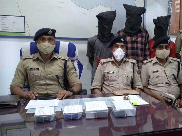 गिरफ्तार तीनों आरोपियों में कीताडीह निवासी विकास मदीना, मन्नू पात्रो और बागबेड़ा निवासी जितेंद्र मांझी शामिल हैं। - Dainik Bhaskar