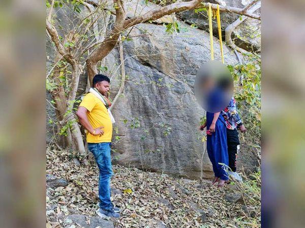 पुलिस ने शव को पेड़ से उतार कर पोस्टमाॅर्टम के लिए भेज दिया है। - Dainik Bhaskar