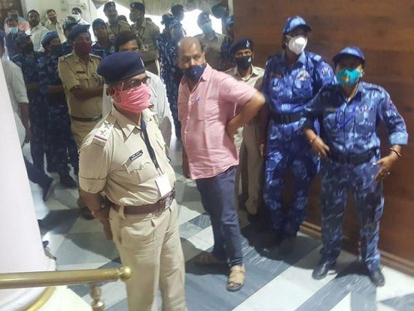 विधानसभा अध्यक्ष विजय सिन्हा के चैंबर के बाहर तैनात पुलिसकर्मी।