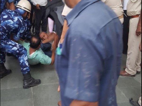 हंगामा कर रहे विपक्षी विधायकों को मार्शलों ने काबू करने की कोशिश की।