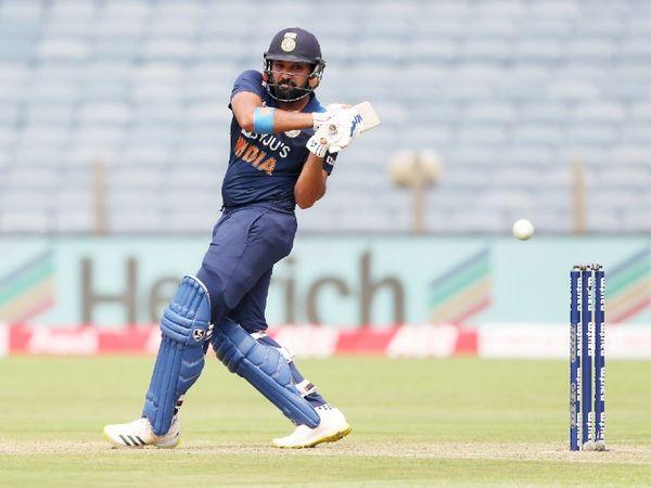 रोहित शर्मा को कोहनी में दर्द की शिकायत हुई। इसके बाद पट्टी बांधकर खेले।