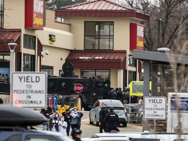 फायरिंग के बाद वहां मौजूद लोग दहशत में आ गए। पुलिस के मोर्चा संभालने के बाद लोगों को बाहर निकाला गया।