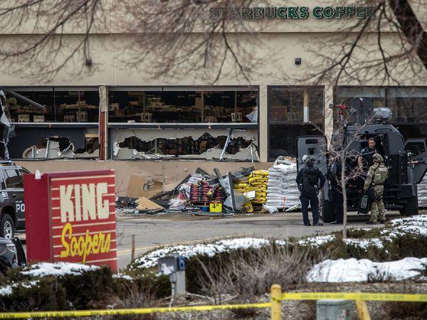 अमेरिका के बाउल्डर प्रांम के कोलोराडो में हुई फायरिंग के बाद सुपर मार्केट को भी काफी नुकसान हुआ। बिल्डिंग के टूटे हुए कांच घटना की गंभीरता बयां कर रहे हैं। - Dainik Bhaskar