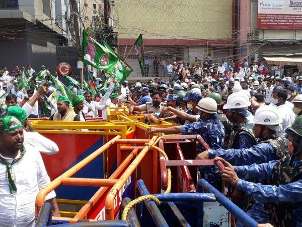 कार्यकर्ताओं की उग्र भीड़ को रोकने के लिए पानी की बौछार करती पुलिस।