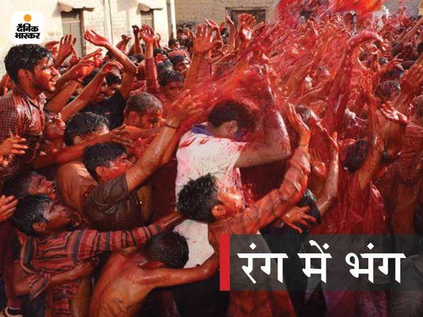 पानीपत के नौल्था में होली पर रंग में भीगकर मस्ती करते गांव के युवा और बूए़े-बच्चे। -फाइल फोटो - Dainik Bhaskar