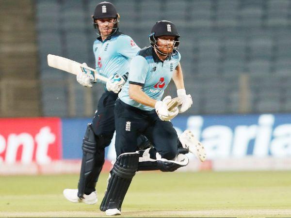 318 रन के टारगेट का पीछा करते हुए इंग्लैंड की शुरुआत काफी तेज रही। ओपनर जेसन रॉय और जॉनी बेयरस्टो ने 12 ओवर में ही 100 रन पूरे कर लिए थे।