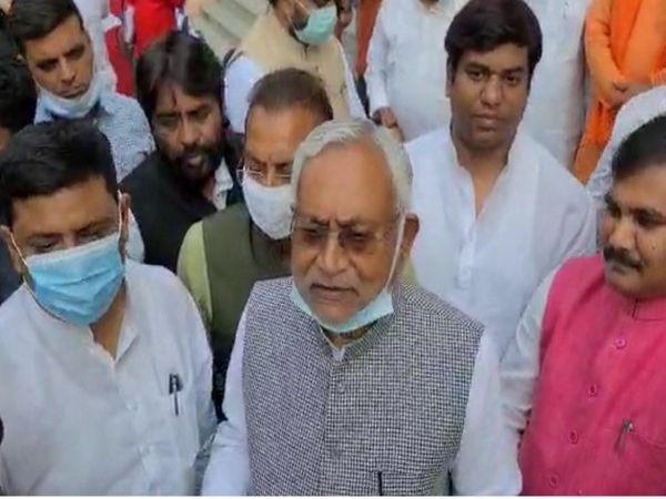 विधानसभा परिसर में पत्रकारों से बात करते CM नीतीश कुमार। - Dainik Bhaskar
