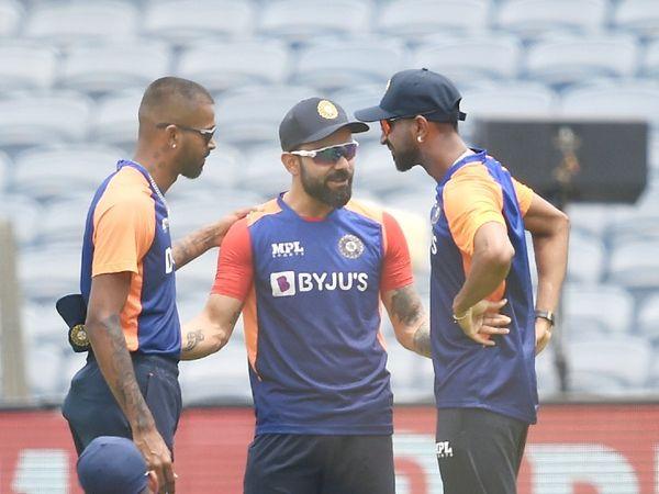 मैच शुरू होने से पहले हार्दिक पंड्या और क्रुणाल पंड्या से बात करते हुए भारतीय टीम के कप्तान विराट कोहली।