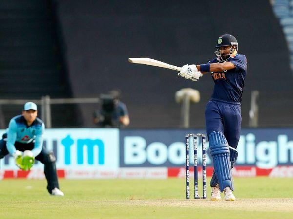 क्रुणाल डेब्यू वनडे में 25 बॉल पर फिफ्टी लगाने वाले पहले खिलाड़ी बने। उन्होंने न्यूजीलैंड के जॉन मौरिस का 31 साल पुराना रिकॉर्ड तोड़ा, जिन्होंने 35 बॉल पर फिफ्टी जमाई थी।