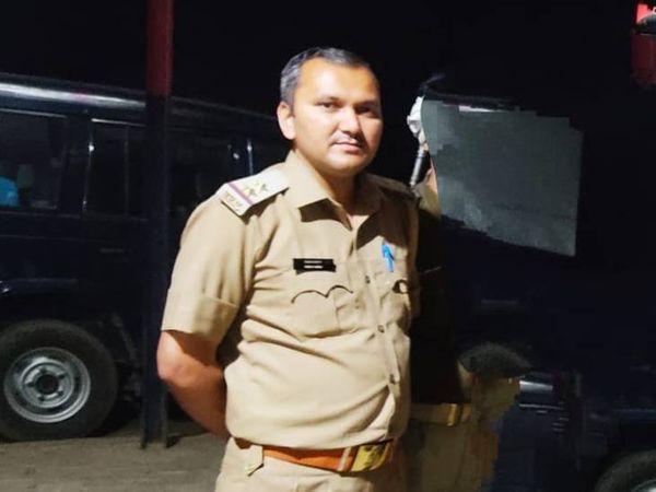बुलंदशहर के खुर्जा में रहने वाले दरोगा प्रशांत यादव 2015 बैच के थे। उनकी तैनाती आगरा के टोल प्लाजा चौकी पर थी। - Dainik Bhaskar