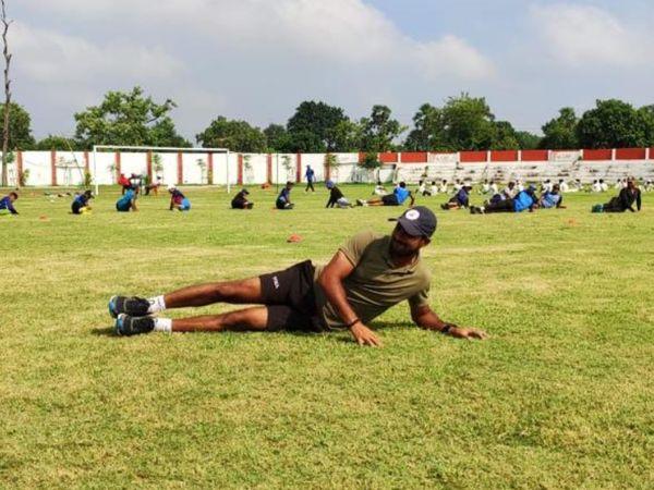 ग्राउंड पर खिलाड़ियों को फिटनेस ट्रेनिंग कराते हुए गोपाल। गोपाल पिछले 8 साल से प्रोफेशनल ट्रेनर के रूप में काम कर रहे हैं।
